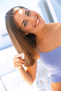 девушка, расческа, волосы, улыбка