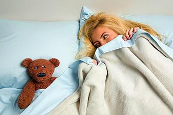 девушка, кровать, игрушка, постель, одеяло