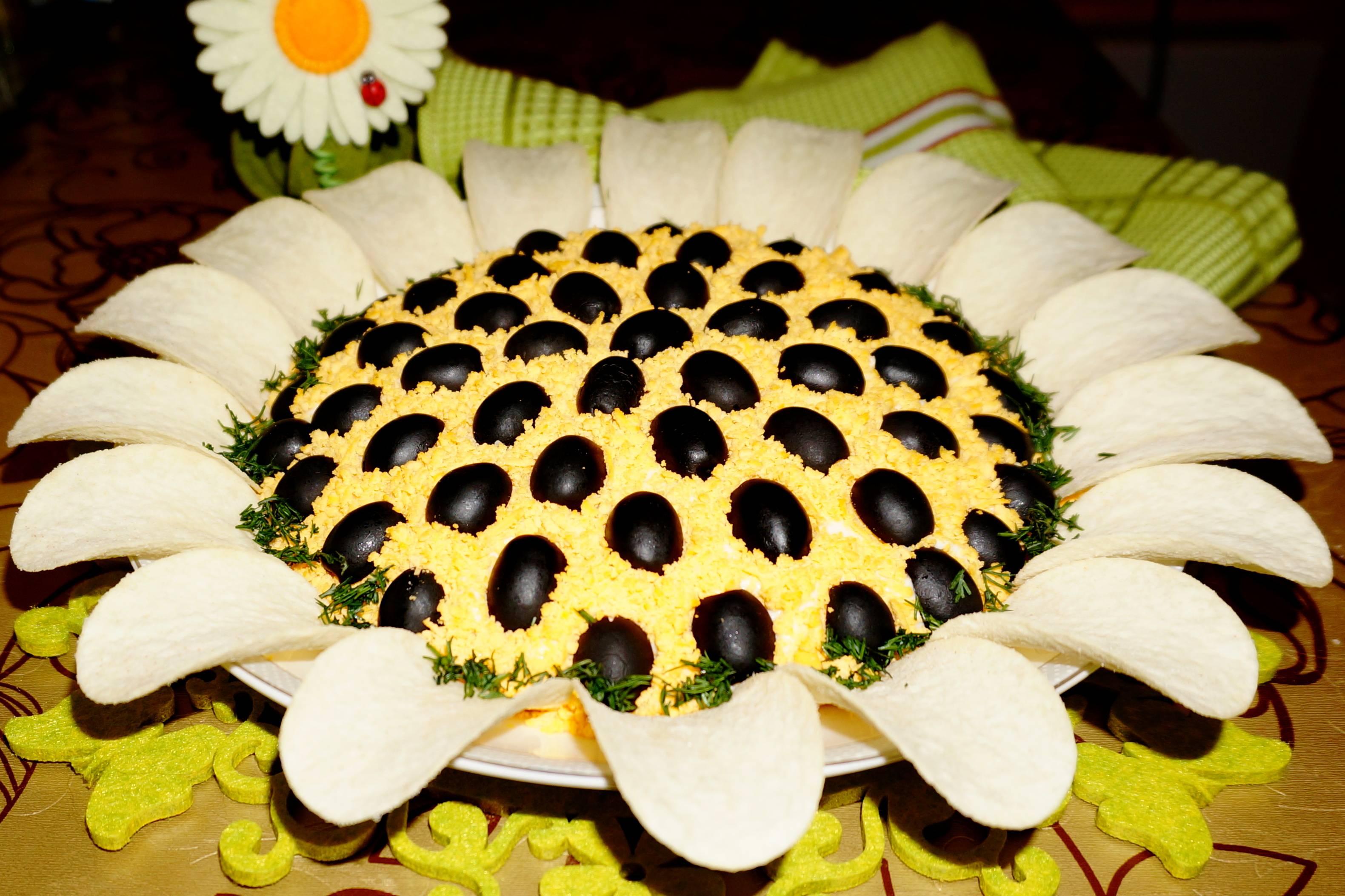 Салат подсолнух с чипсами рецепт 12 фотография