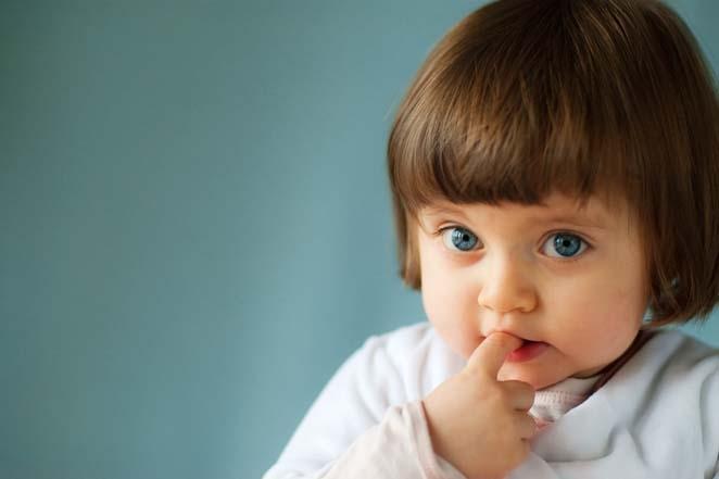 Ребенок грызет ногти.