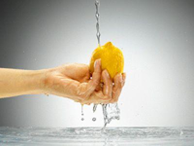 лимон, рука
