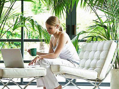 пальмы, декоративные цветы, экзотика, девушка, ноутбук, дом