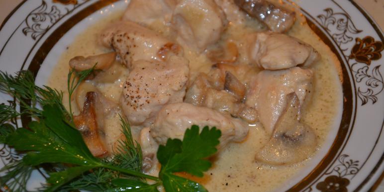 Курица с грибами, тушеная в сметане