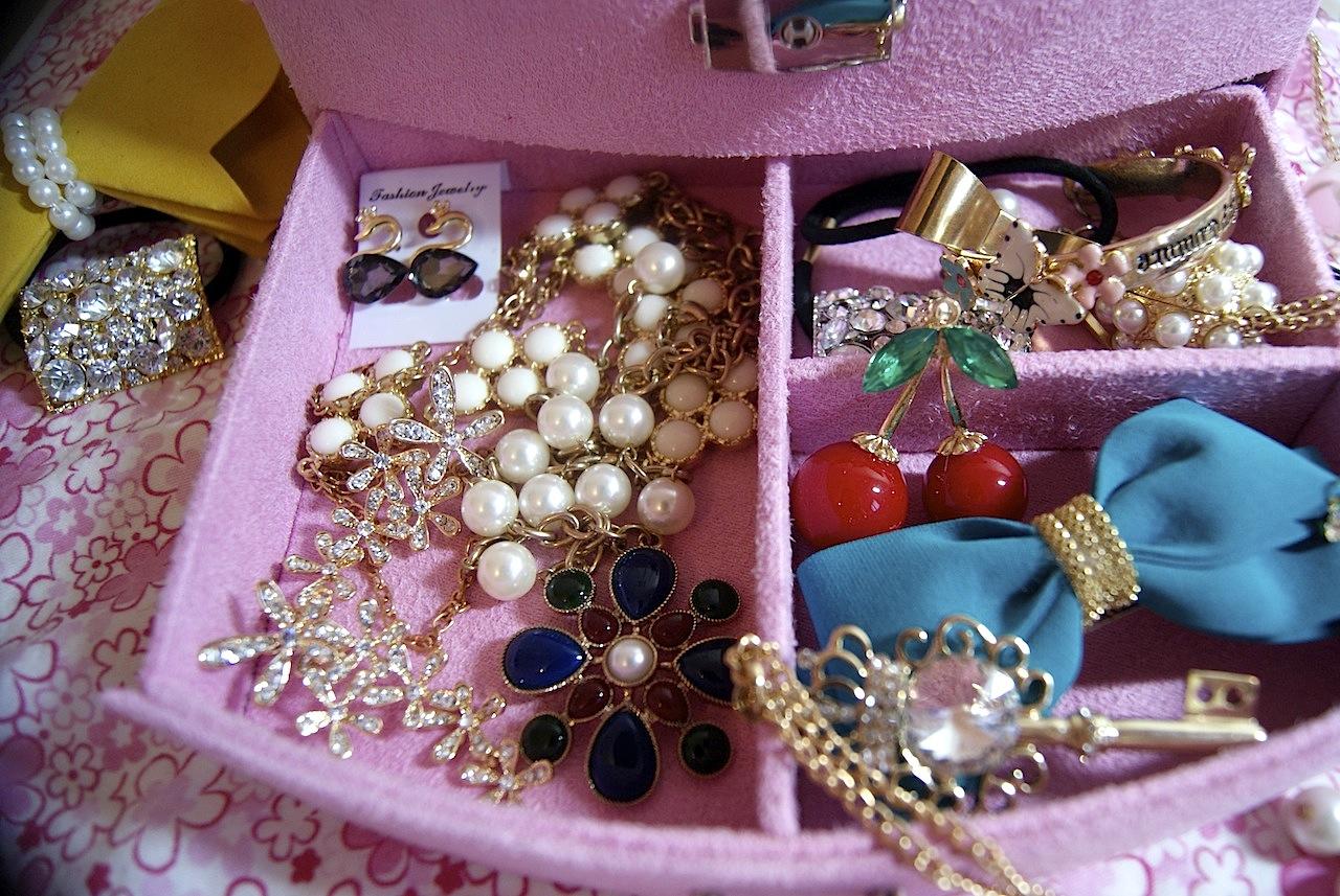 Фото ювелирных украшений в коробочках