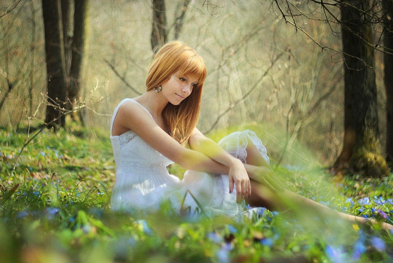 Фото в лесу девушек с подснежниками