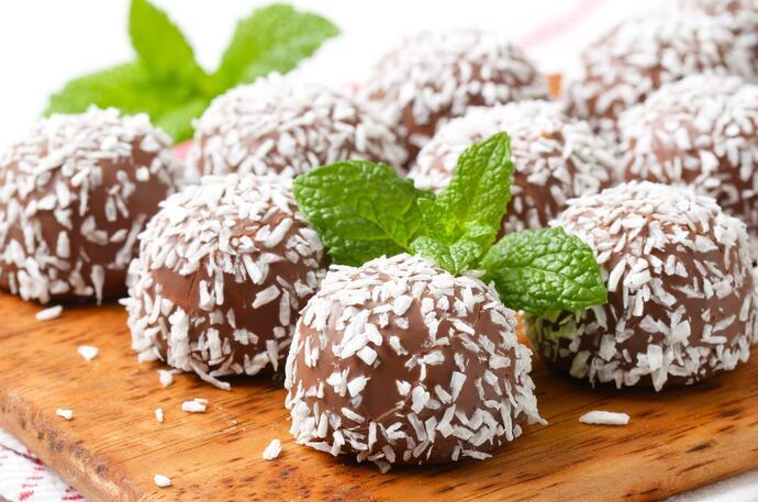 Шоколадные конфеты в кокосовой стружке