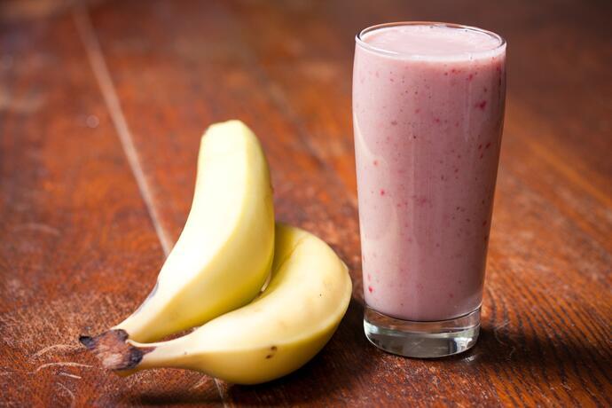 Смузи с бананом и ягодами