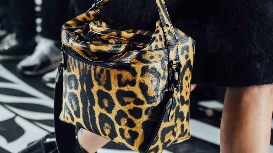 5c8d0b85992d В новом сезоне необычно колоритными и смелыми кажутся женские сумки. Они  самобытны и самостоятельны. Любой образ заиграет новыми красками, ...